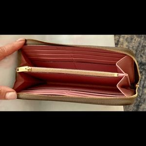 BALLY Pebbled Leather Wallet (Like New!)